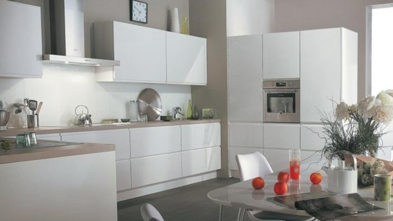 Peinture mur cuisine blanche et bois - Idées de travaux