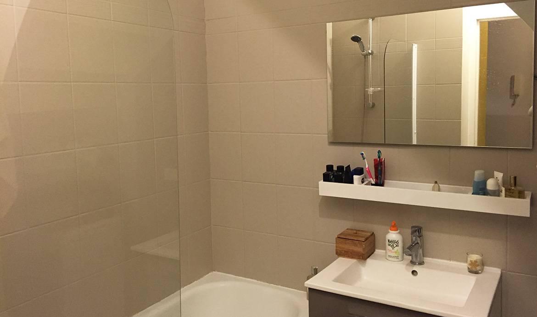 Peinture carrelage salle de bain blanc brillant id es de Peinture sur faience salle de bain