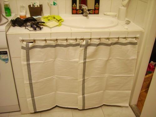 Comment installer un rideau sous evier id es de travaux - Rideau meuble bas ...