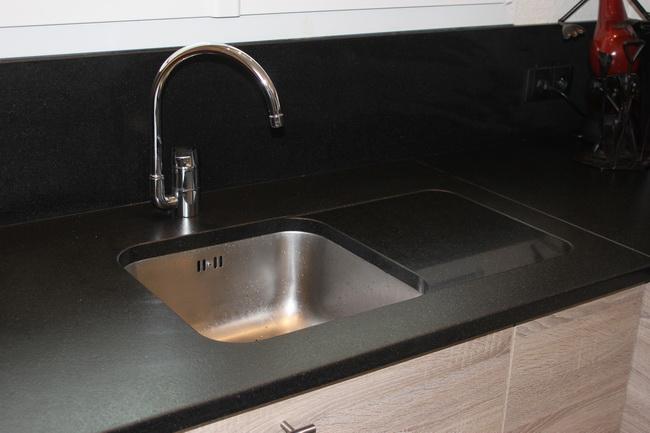 evier inox sous plan de travail granit id es de travaux. Black Bedroom Furniture Sets. Home Design Ideas